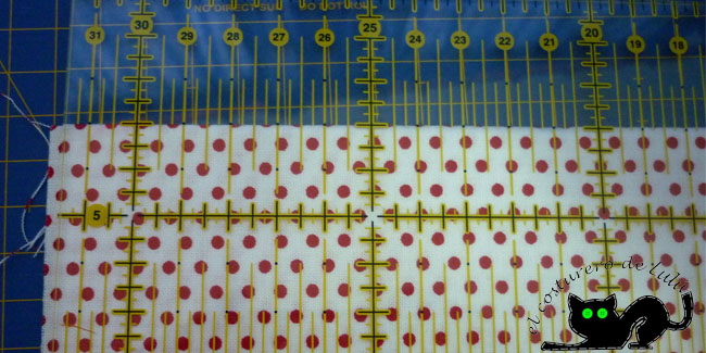 Coloca las guias de la regla en el borde de la tela